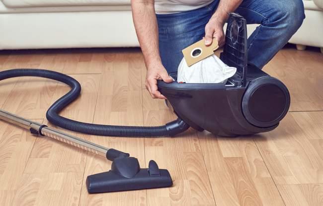 emptying the vacuum bag